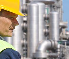 IGMPLAN Symbolbild: Ingenieur vor Kraftwerk